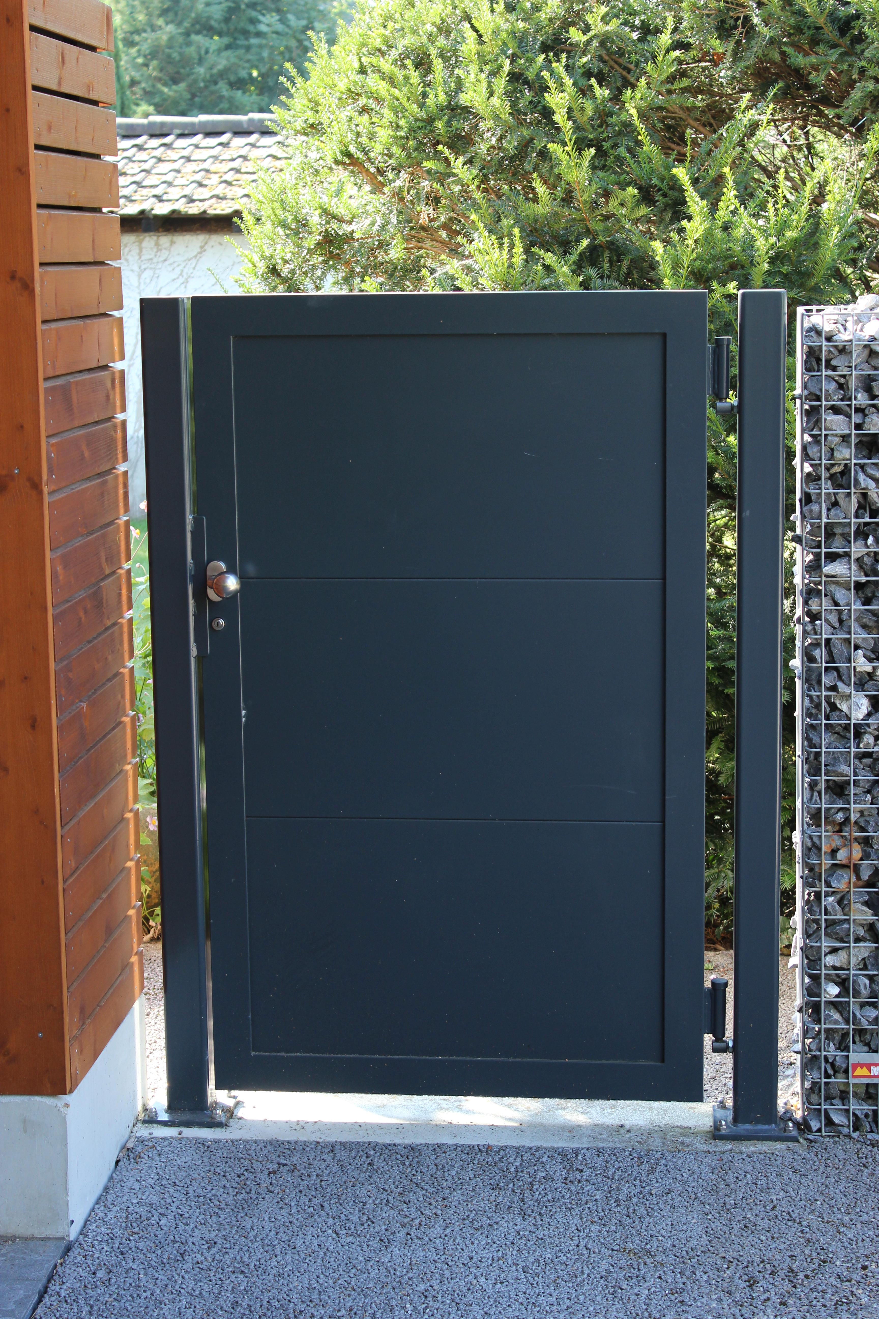 R Widmer AG Pratteln erstellt Türen und Tore aus Metall und Glas